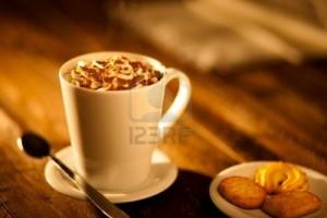 12785499-warme-chocolademelk-met-slagroom-en-cookies2
